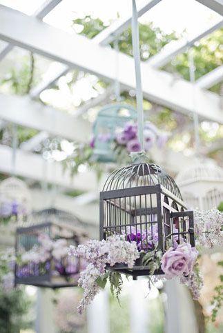 Inspiración en lavanda para tu boda: jaulas con lavanda para una boda boho vintage.