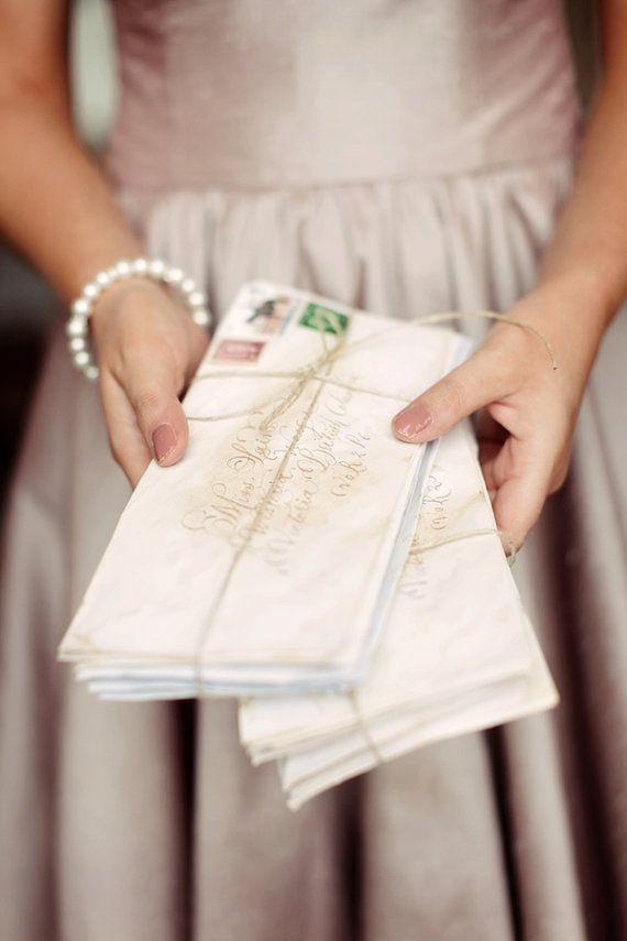 La caligrafía en los sobres imitada con sellos de goma y tinta dorada.