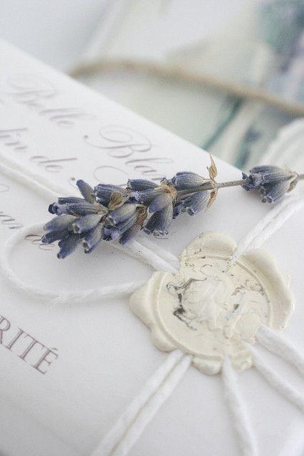 Agrega un toque de lavanda en tus invitaciones de boda.