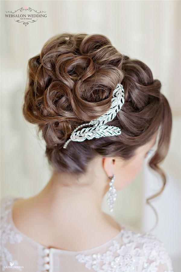 Estos looks súper impresionantes de peinados suman sofisticación al día de tu boda. Con deslumbrantes accesorios perfectamente colocados en el cabello de la novia.