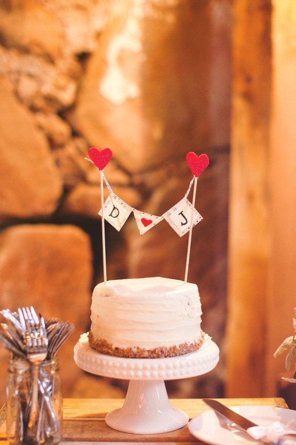 Las iniciales con corazones en los cake toppers denotan alegría, amor y modernidad. Ideales para bodas vintage rústicas.