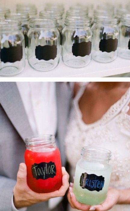 Ideas para usar mason jars en tu boda. Un poco de pintura para pizarras y tizas para decorar los vasos de tu boda.