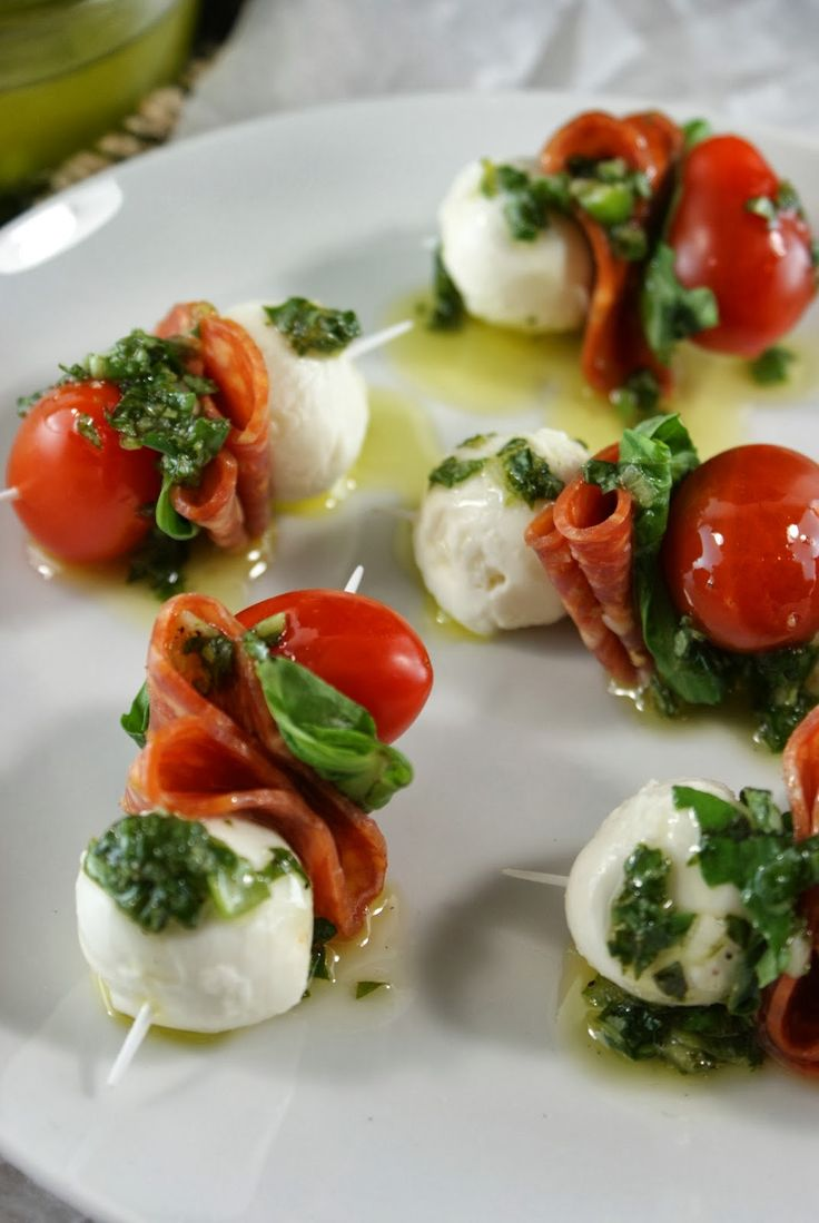Mini caprese con embutidos y aceto balsámico. Miniature caprese salad, pepperoni and balsamic vinegar reduction. Yum!