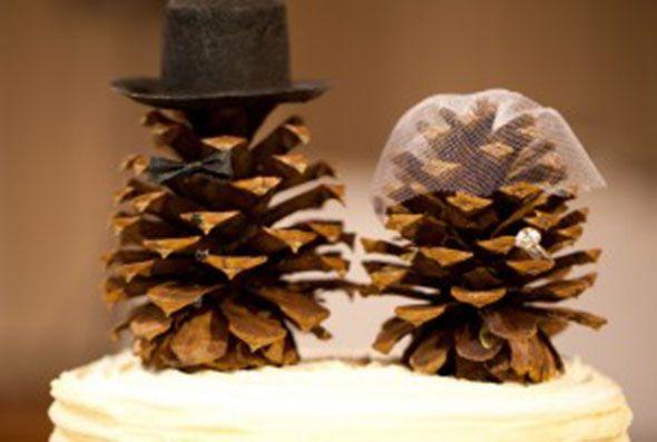 Minimalistic and rustic trend on cake toppers. La tendencia minimalista y rústica se apodera de los muñecos de torta de bodas.