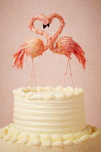 Un corazón formado con los cuellos de los flamingos en estos muñecos de torta de BHLDN.