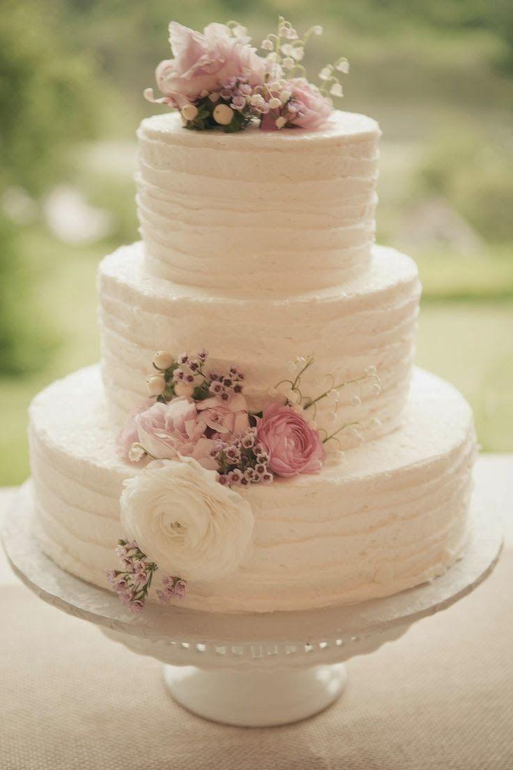 El romanticismo del vintage en este pastel de bodas de 3 pisos. Un clásico de clásicos con flores frescas.
