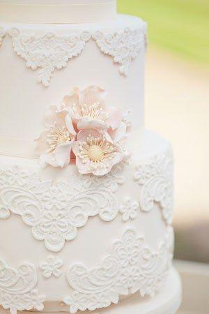 Pasteles de boda vintage con encaje de Rosalind Miller Cakes