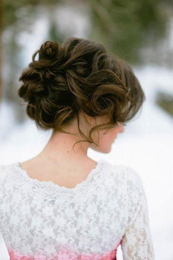 Un peinado de novia recogido para pelo largo.