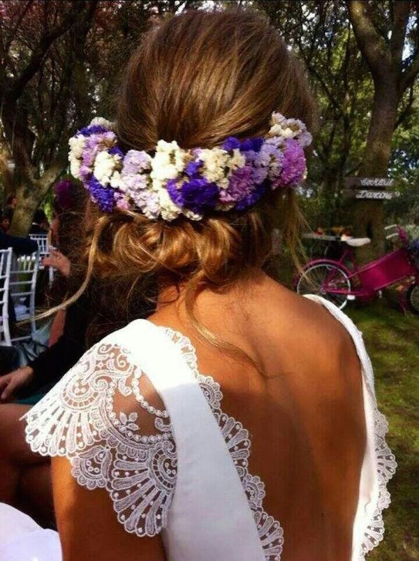 Hermoso peinado para novias recogido con corona de flores.