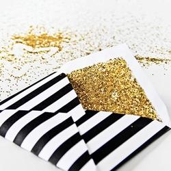 Personaliza el forro del sobre de tus invitaciones de boda con glitter.