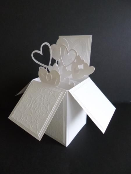 Invitación 3-D pop-up: Una auténtica caja de sorpresas para que tu invitación declare tu amor.