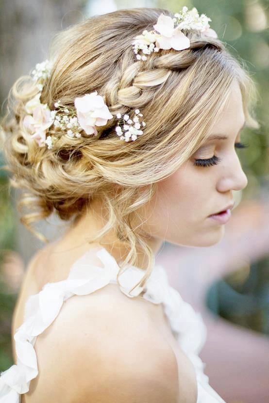 Una boda boho no es tal sin que la novia lleve un recogido con flores. Un peinado con un estilo simple y sencillo.