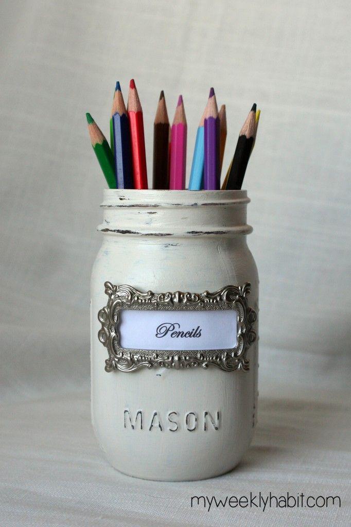 Ideas para usar mason jars en tu boda. Una capa de pintura y un toque decorativo adherido para la etiqueta y ya tienes recuerdos de boda para tus invitados.