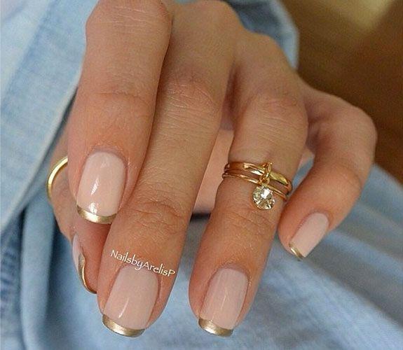 Creación de NailsbyArelisP con tonos neutros y manicuria francesa en dorado