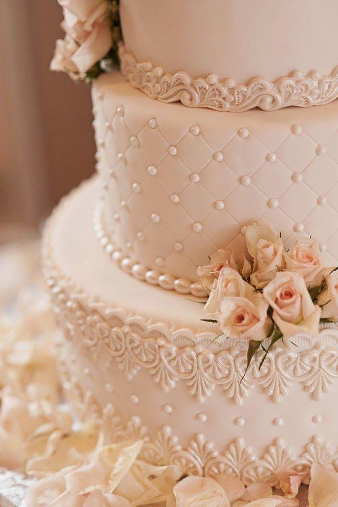 Torta de boda con encaje vintage. Foto: K & K Photography via