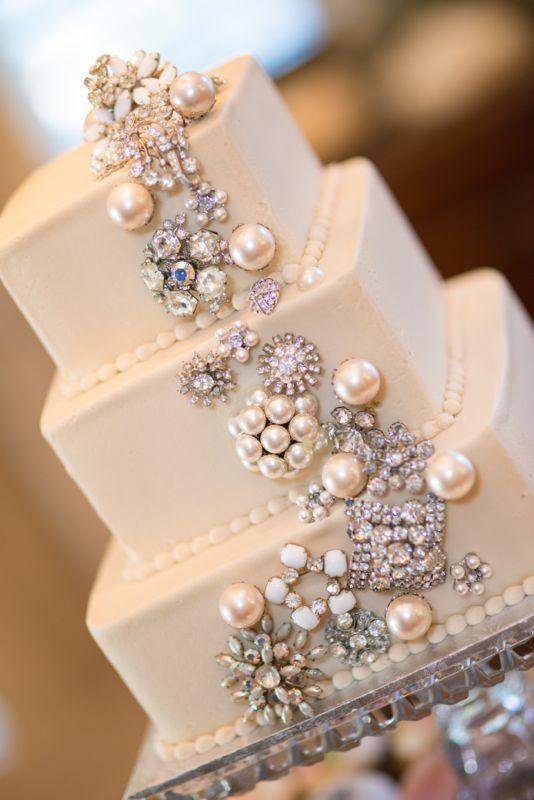 Broches de joyas con incrustaciones de perlas adornan esta torta vintage glam cuadrada.
