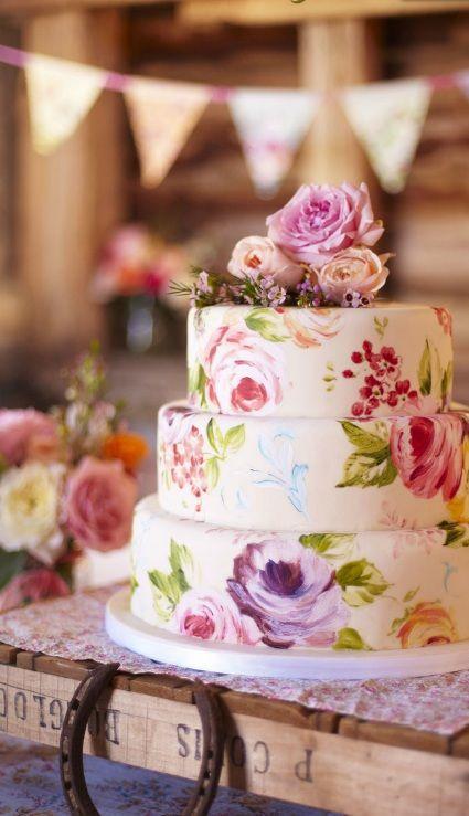 Una perfecta acuarela en esta torta vintage pintada a mano. Tres pisos de arte total coronados con rosas tan perfectas como el pastel.