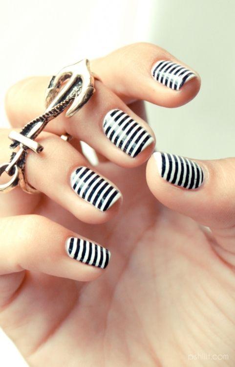 Un look muy marino en arte de uñas