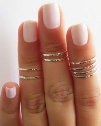 Uñas en blanco y no olvides los anillos