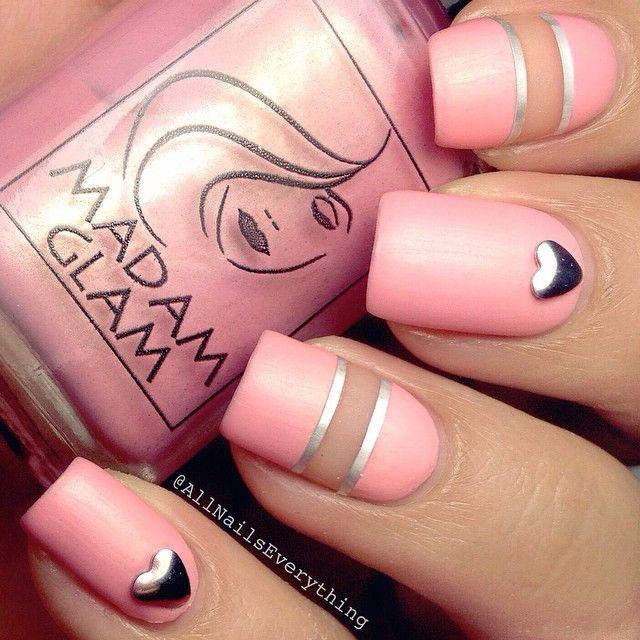 Usa los espacios negativos para lograr un look distinto y dulce. Allnailseverything utilizó Madam Glam polish al crear este diseño de arte para uñas.