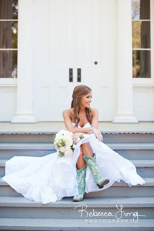 Date el gusto de un par de botas de cowboy azules y cumple con la tradición al mismo tiempo. Botas para tu country wedding. Rebecca Long Photography