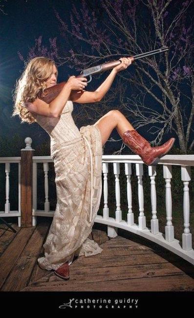 Catherine Guidry capturó la esencia de esta country wedding en esta fotografía. Me encantan esas botas!