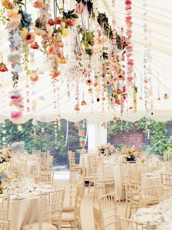 Hanging wedding centerpieces mixed with flower garlands. Centros de mesa colgantes mezclados con guirnaldas.