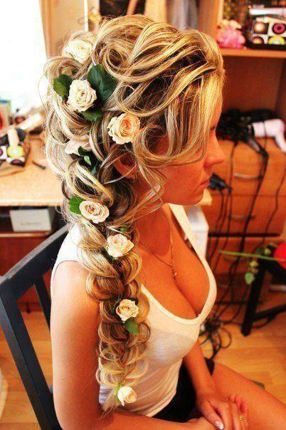 El peinado perfecto para una novia y su country wedding. Trenzas entrelazadas con rosas en color té.