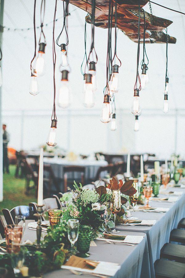 Focos expuestos en estos centros de mesa colgantes que casi tocan los candelabros y el camino de mesa con intenso follaje. Fotografia: Papered Heart Photography