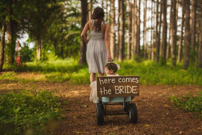 Ideas de carteles para bodas rústicas y para la entrada de la novia Fotografiada por Christian Turner Photography en exclusiva para BodasYweddings