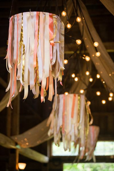 Los chandeliers están de moda y puedes hacer el tuyo con cintas. Hanging wedding decor with ribbons by Maine Seasons Events