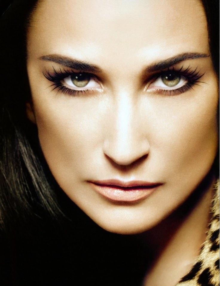 Los mejores trucos de maquillaje para ojos juntos como Demi Moore.