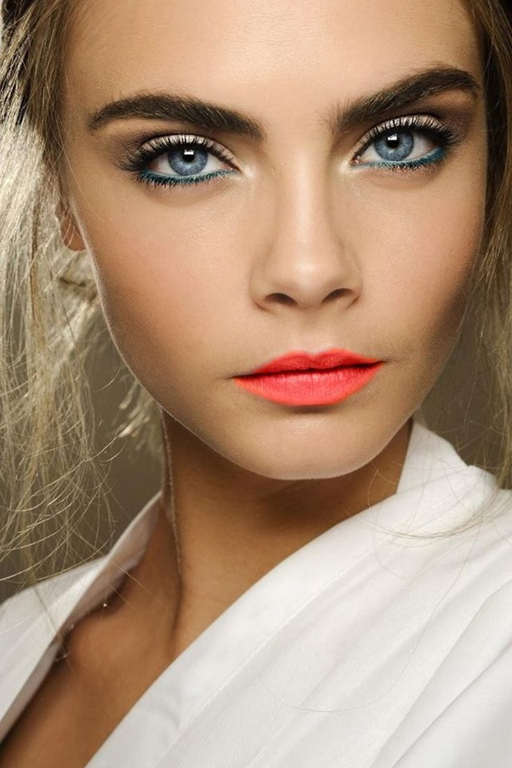 Maquillaje para ojos juntos y azules.