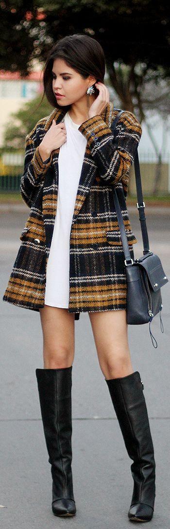 Para una celebración informal este vestido corto en blanco, unas botas y un saco en plaid y luce sensacional!