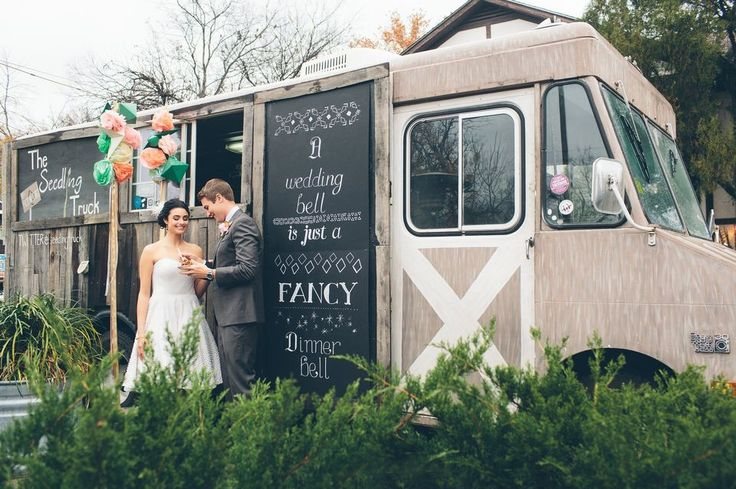 Recuerda decorar los food trucks para bodas.