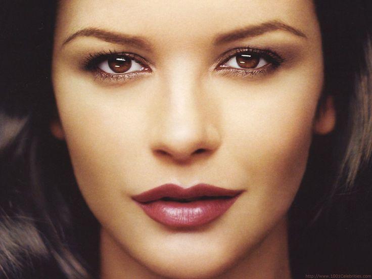 Trucos para maquillar ojos encapotados o entornados como Catherine Zeta Jones.
