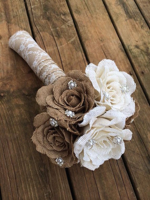 Rustic bridal's bouquet, perfect for a country wedding. Un ramo de novia de arpillera y perlas rústico.