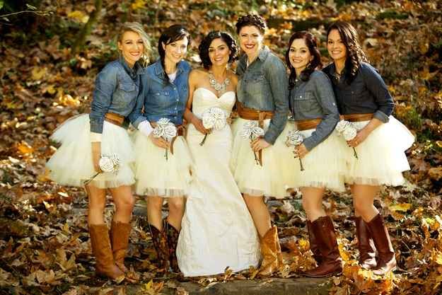 Una boda country en Camp Namanu en Portland, Oregon de ensueño. Los outfits de las bridesmaids son country y originales.