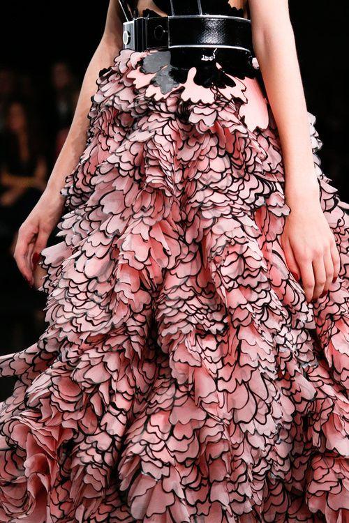 Una falda de Alexander McQueen en todo du esplendor