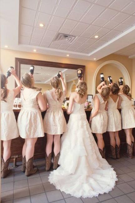 Vestidos de damas de honor cortos que complementan el vestido de la novia, y por supuesto, las botas de cowboy infaltables en tu country wedding.