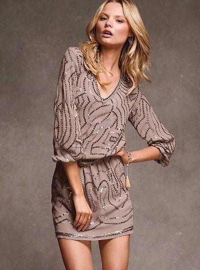 Vestidos para las fiestas. Un vestido muy ponible para una fiesta en la oficina o fuera de ella. Agrega un par de medias largas en negro o en dorado y lista para toda ocasión.