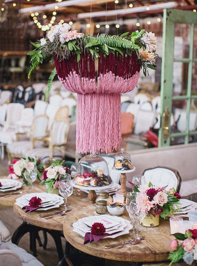Una idea fabulosa de Lindye Galloway. Estos arreglos florales colgantes con base de lana son ideales para reemplazar el chandelier de una boda vintage chic.