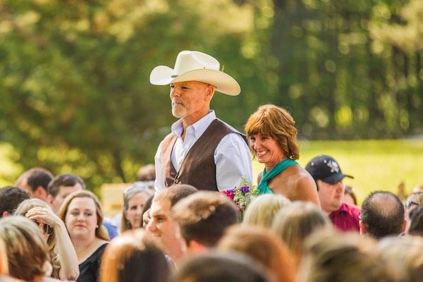 El padre de la novia se destaca entre los invitados de esta boda country. Fotografía Christian Turner Photography en exclusiva para BodasyWeddings