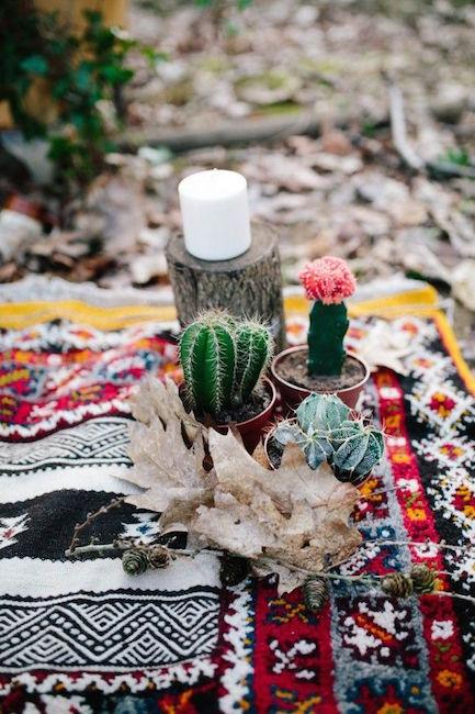 En el medio del bosque una manta vintage con estilo southwestern es el lugar perfecto para que una novia boho para intercambie sus votos matrimoniales en una caprichosa boda al aire libre.