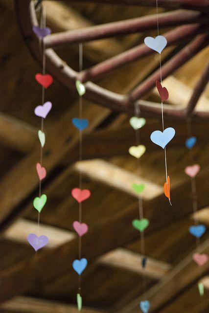 Para las parejas DIY o que desean gastar menos en los centros de mesa de su boda, estos colgantes móviles con corazones pondrán una sonrisa tierna en todos los invitados.