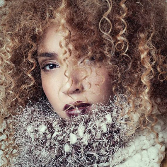 Para el frío del invierno y una fiesta informal, un chal de lana de alpaca y acrílico tejido a mano de etsy.com