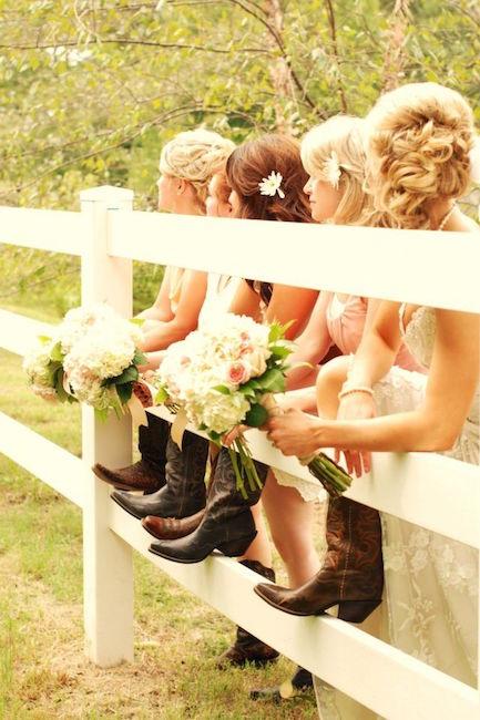 A very special detail for your bridesmaids. Un detalle especial para tus damas de honor: cowboy boots con vestidos boho.
