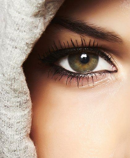 Juega con el delineador para ojos encapotados y luce increíble. El problema de este tipo de ojos es la falta de espacio para maquillar los párpados. Lee estos trucos para que parezcan mas grandes.
