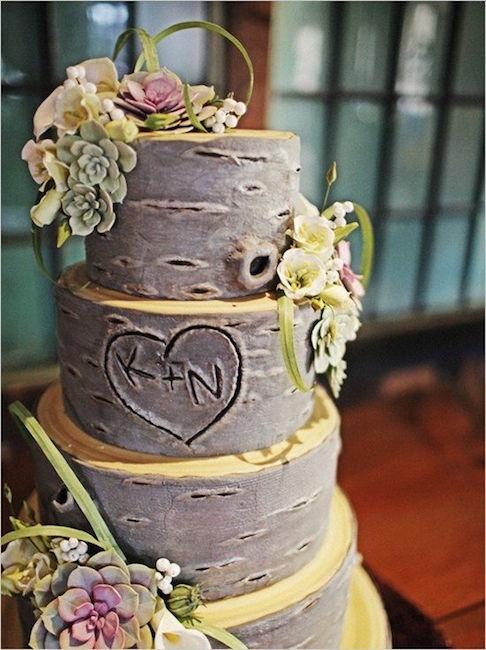 ideas para country weddings. Un romantico corazón tallado en el pastel de bodas que simula la corteza de un árbol.