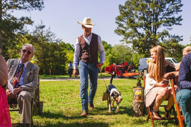 No pueden faltar tus mascotas en una boda country fotografiada por Christian Turner Photography en exclusiva para BodasyWeddings